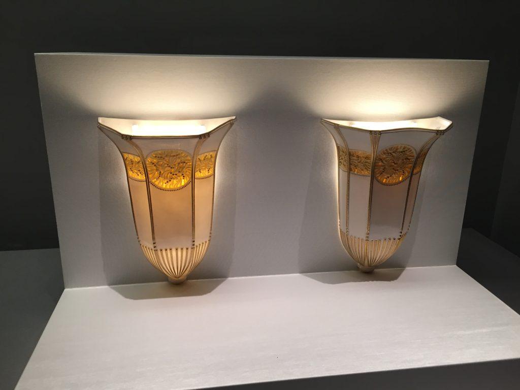 「ラパンのブラケット灯No.6」器形:アンリ・ラパン 装飾:ジャン=バティスト・ゴーヴネ 1921年 セーヴル陶磁都市